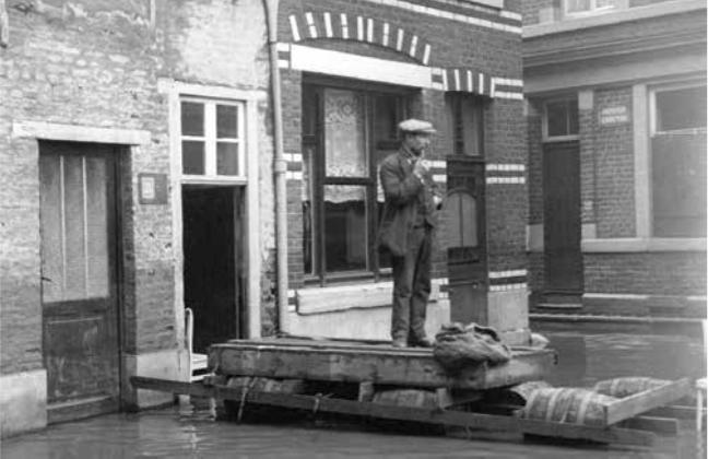 3. Vue rapprochée d'un radeau de fortune lors des inondations à Liège, rue Roture et Impasse Croctay, janvier 1926. (Province de Liège. Musée de la Vie wallonne).
